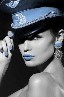 Фото Гламурная девушка в военно шляпе с голубой помадой на губах и в сережке в виде медали