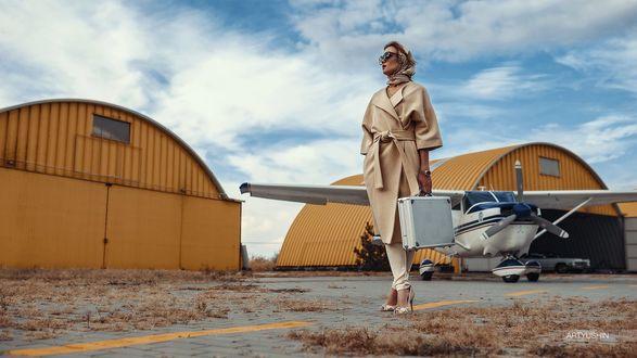 Фото Девушка с чемоданом в руке стоит поодаль от самолета, фотограф Антон Артюшин