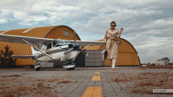 Фото Девушка с чемоданом в руке идет по взлетной полосе, фотограф Антон Артюшин