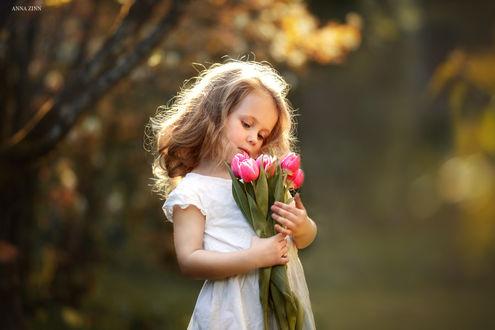 Фото Девочка с тюльпанами в руках, фотограф Anna Zinn