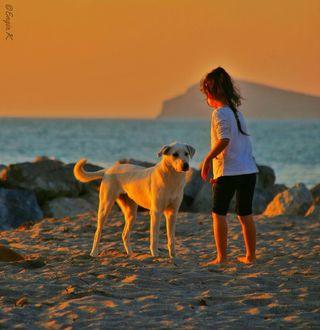 Фото Девочка с собакой на песке, by Engin KOСAK