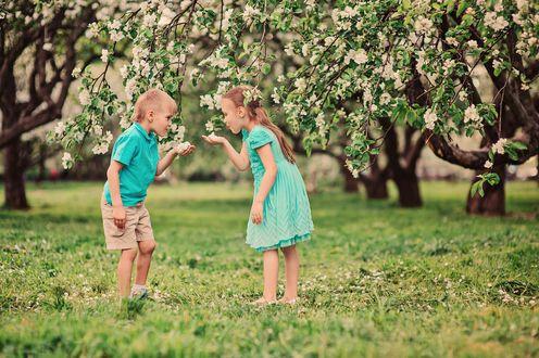Фото Мальчик и девочка в цветущем саду, фотограф Maria Kovalevskaya