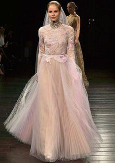 Фото Модель в нежно-розовом свадебном платье с плиссированной юбкой от Naeem Khan