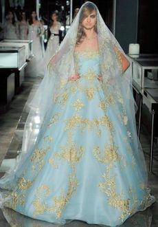Фото Модель в шикарном нежно-голубом свадебном платье с золотой вышивкой