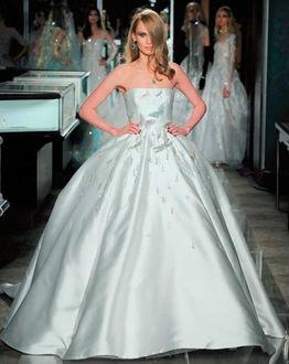 Фото Модель в атласном свадебном платье с кринолином, корсет украшен вышитыми бабочками и стрекозами