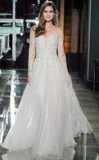 Фото Модель в изысканном свадебном платье из шифона с вышивкой