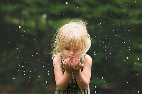 Фото Девочка дует на свои ладошки