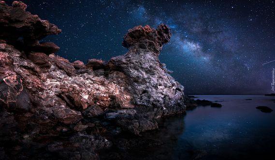 Фото Горные образования на фоне звездного ночного неба, фотограф Nikos Kadimiris