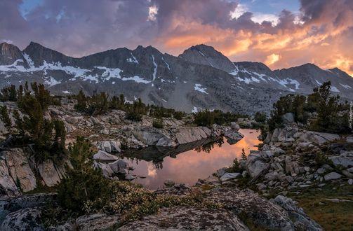 Фото Красивый вечерний пейзаж в горах
