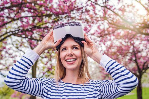 Фото Улыбающаяся девушка на фоне цветущих деревьев, фотограф Jozef Polc