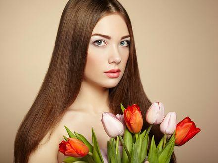 Фото Девушка держит тюльпаны