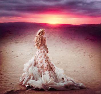 Фото Девушка в длинном платье стоит на фоне заката. Фотограф Светлана Беляева