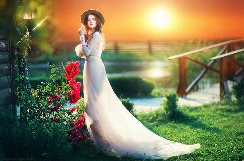 Фото Модель Анна в шляпке стоит у куста роз, фотограф Olga Boyko