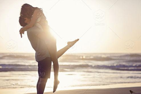 Фото Парень держит девушку на руках