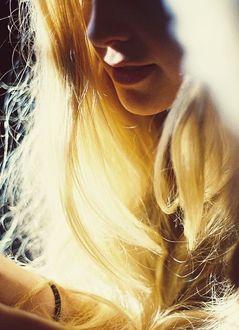Фото Девушка-блондинка с длинными волосами
