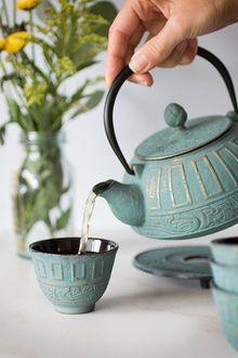 Фото В чашку наливается чай, by Krystal Thompson