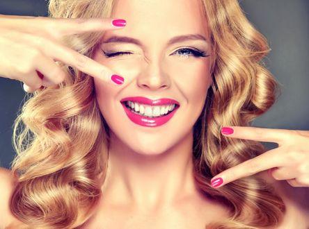 Фото Блондинка держит руки у лица, by Edward Derule
