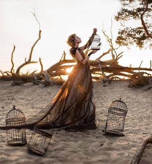 Фото Девушка с клеткой в руках выпускает птицу, фотограф Irina Dzhul