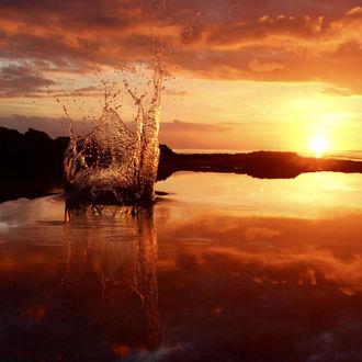 Фото Всплеск воды на фоне заката, фотограф Mateu