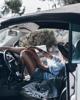 Фото Девушка в шляпе сидит в авто, by Jacqueline Mikuta
