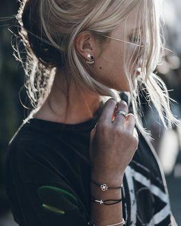 Фото Девушка в профиль с фенечками на руках, by Jacqueline Mikuta