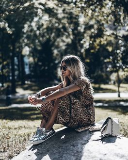 Фото Девушка с фенечками на руках сидит на камне, by Jacqueline Mikuta