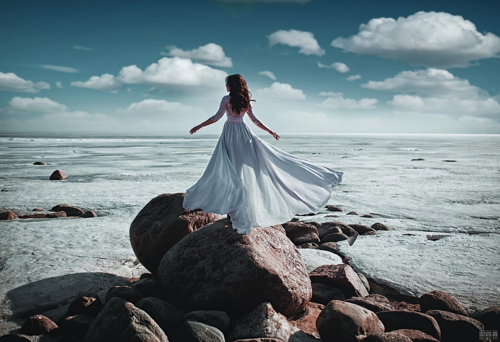 Фото Девушка в развивающемся платье стоит на камне, фотограф Светлана Беляева