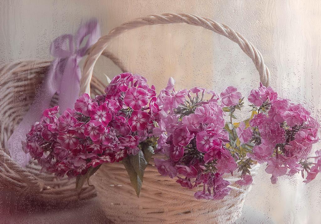 Букет розовых цветов в плетеной корзинке
