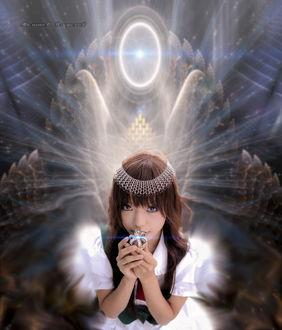 Фото На сказочным фоне девушка держит в руках корону