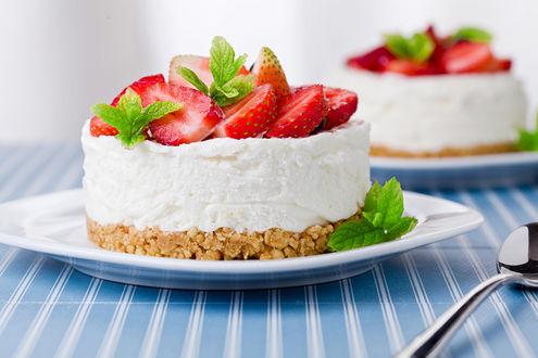 Фото Тарелка с тортом и клубникой