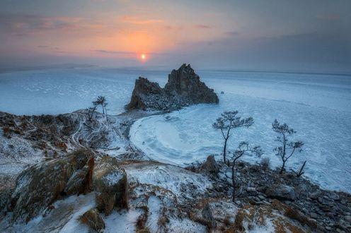 Фото Закат на Байкале зимой около горы