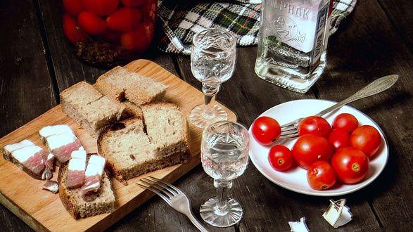 Фото Натюрморт из водки и закуски