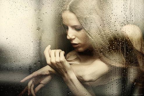 Фото Модель Анна Солдатова за окном в каплях дождя, Фотограф Андрей Путилин