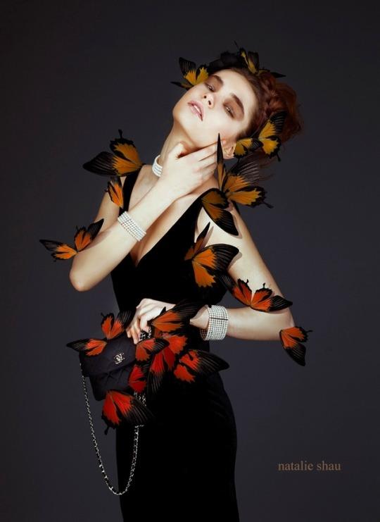 Фото Девушка с бабочками на ней