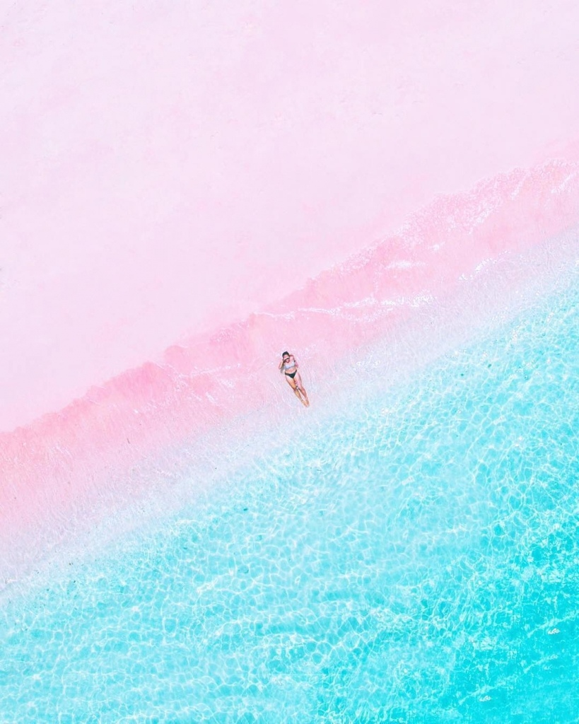Фото Девушка лежит на берегу моря, вид сверху