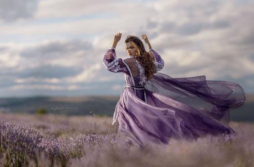 Фото Девушка в сиреневом платье стоит в поле. Фотограф Irina Dzhul