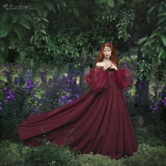 Фото Девушка в бордовом платье стоит на фоне природы. Фотограф Margarita Kareva