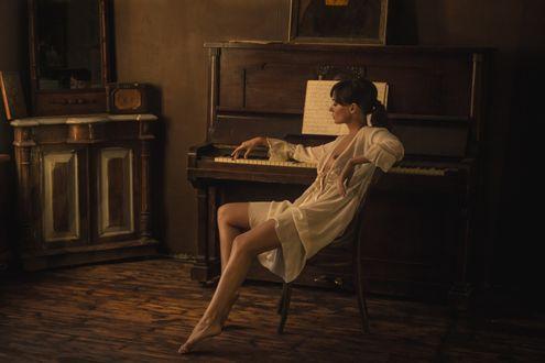 Фото Девушка сидит у пианино. Фотограф Kirill Koshed