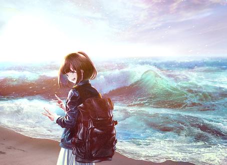 Фото Девушка с рюкзаком на морском берегу, позирует для фото