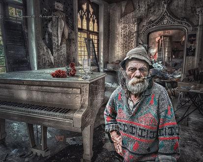 Фото Мужчина с тубкой в разваленном зале стоит около рояли, фотограф Малышев Владимир