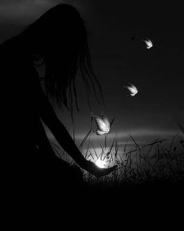 Фото Светящиеся бабочки над рукой девушки