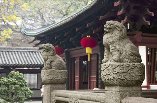 Фото Каменные статуи львов возле храма, China / Китай