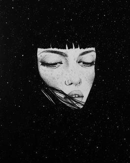 Фото Лицо грустной девушки на фоне ночного неба