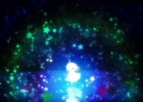 Фото Светящийся силуэт девочки, танцующей на воде, в окружении разноцветных звезд