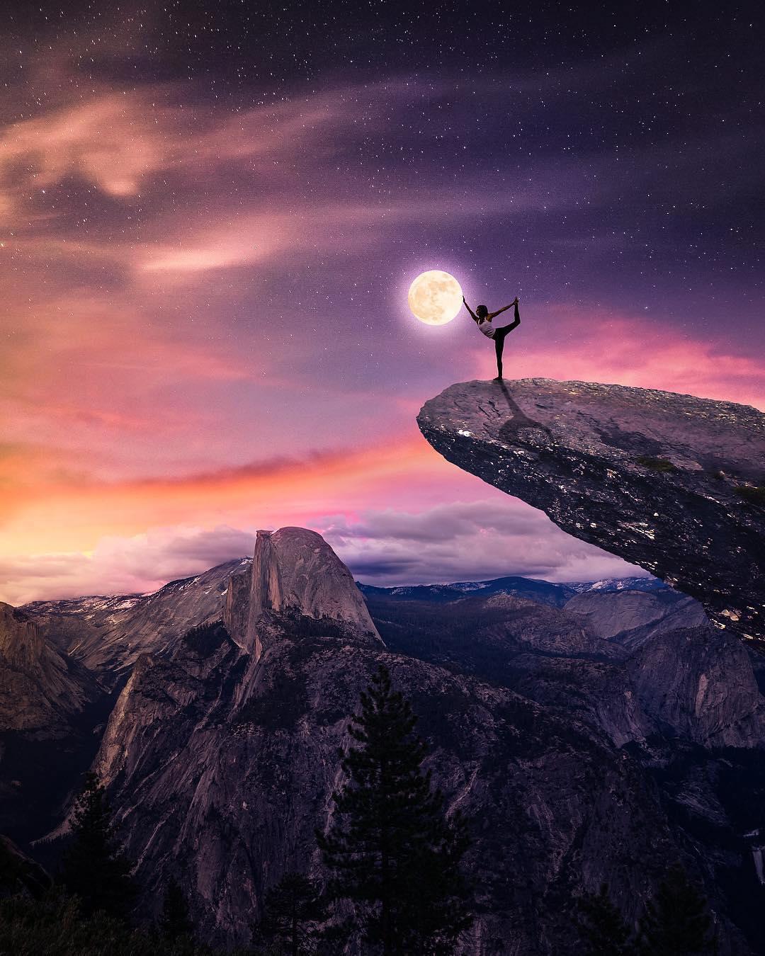 Фото Девушка в позе йоги стоит на краю обрыва, дотрагиваясь до луны