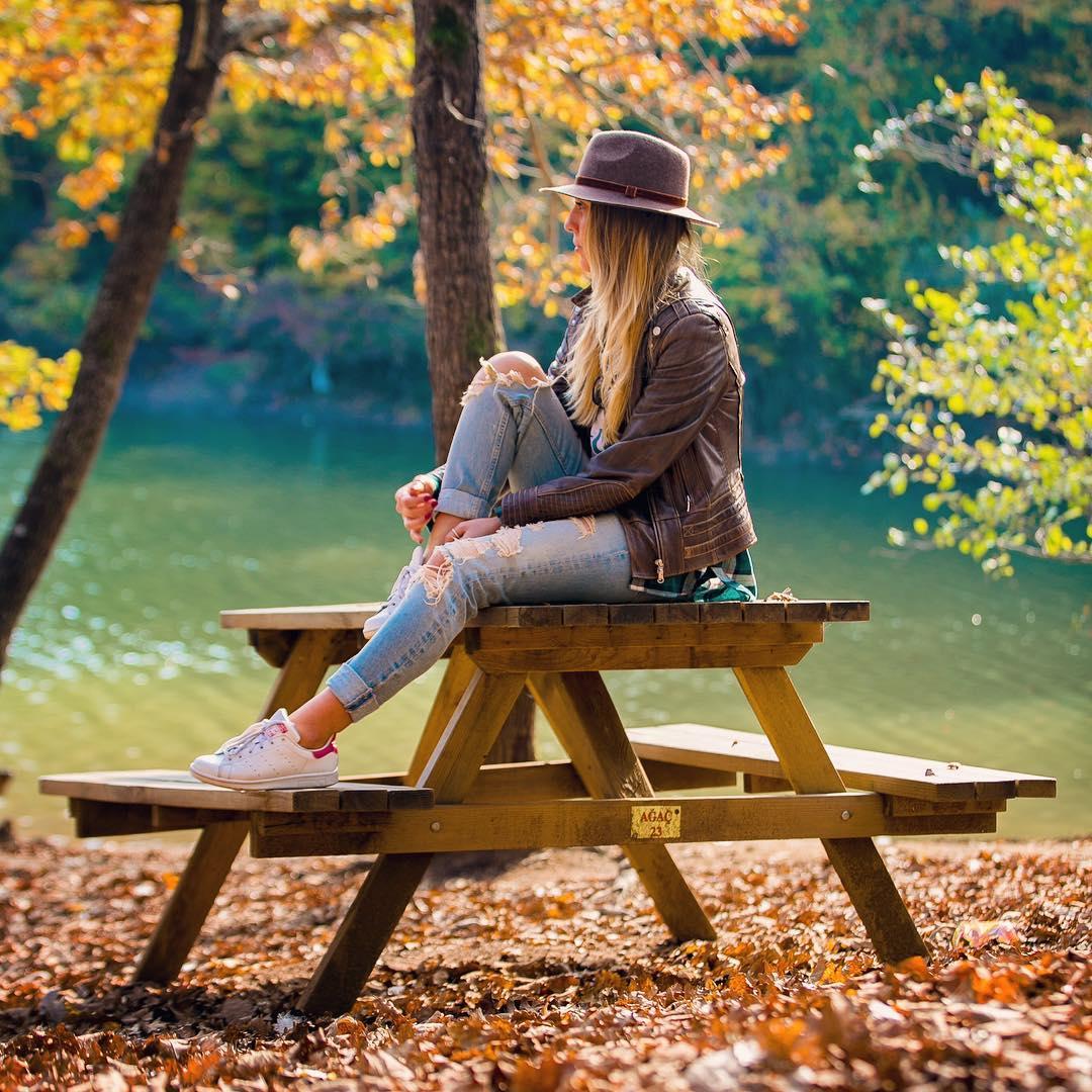 Фото Девушка в шляпе сидит на столике, фотограф Birol Bali