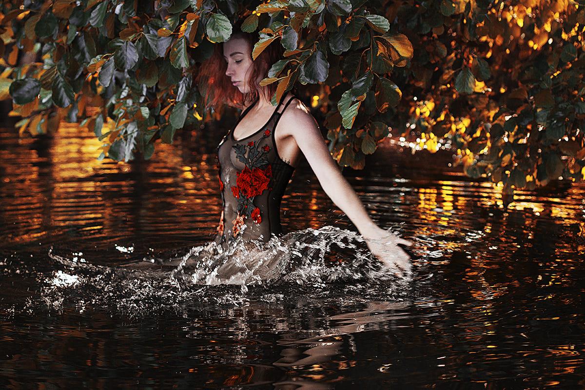 Фото Модель Наталия стоит в воде. Фотограф Alexandra Bochkareva