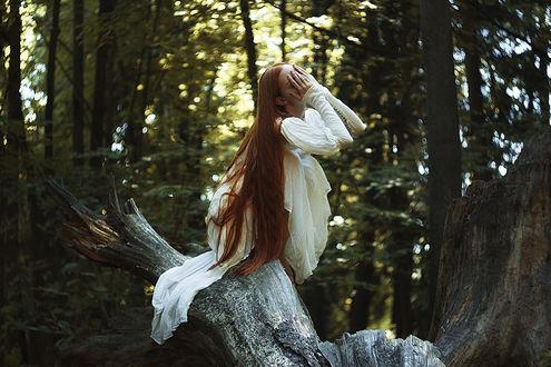 Фото Девушка сидит на стволе дерева, фотограф Alexandra Bochkareva