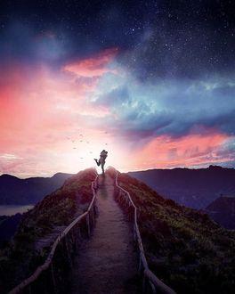 Фото Влюбленные стоят в конце дорожки на фоне облачного неба