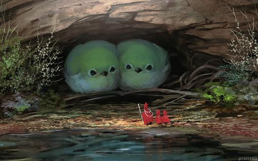 Фото Трое людей стоят возле расщелины в камне, где сидят две огромных зеленых птички